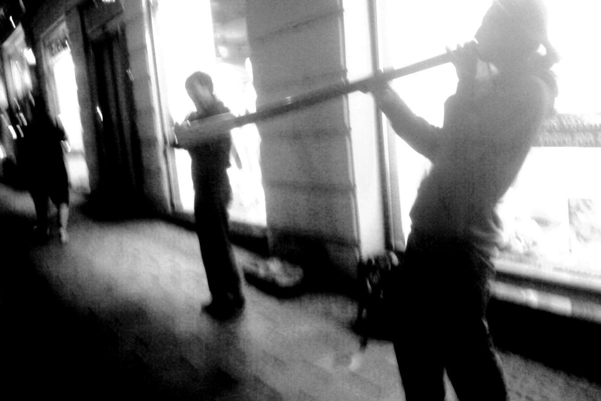 Dalibor troubí na Didgeridoo na Masarykově ulici v Brně