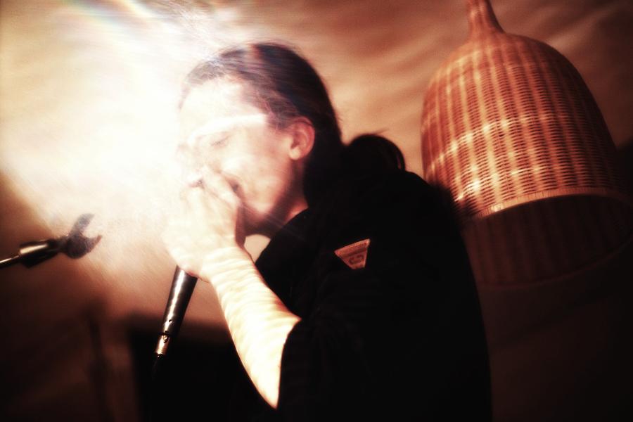 Dalibor Neuwirt beatboxuje na mikrofon v odrazu světla aury...